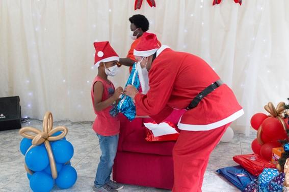 Famílias do extremo sul de São Paulo recebem visita surpresa de Rubens Barrichello e doações da ALE Combustíveis